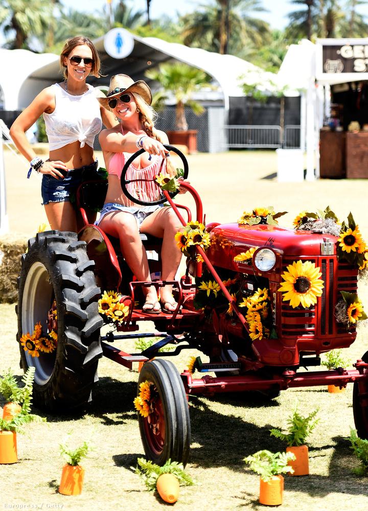 Ezek után mondja bárki, hogy a country zene nem szexuális: a kaliforniai Stagecoach fesztiválon rég tapasztalt mennyiségű jónő bulizik