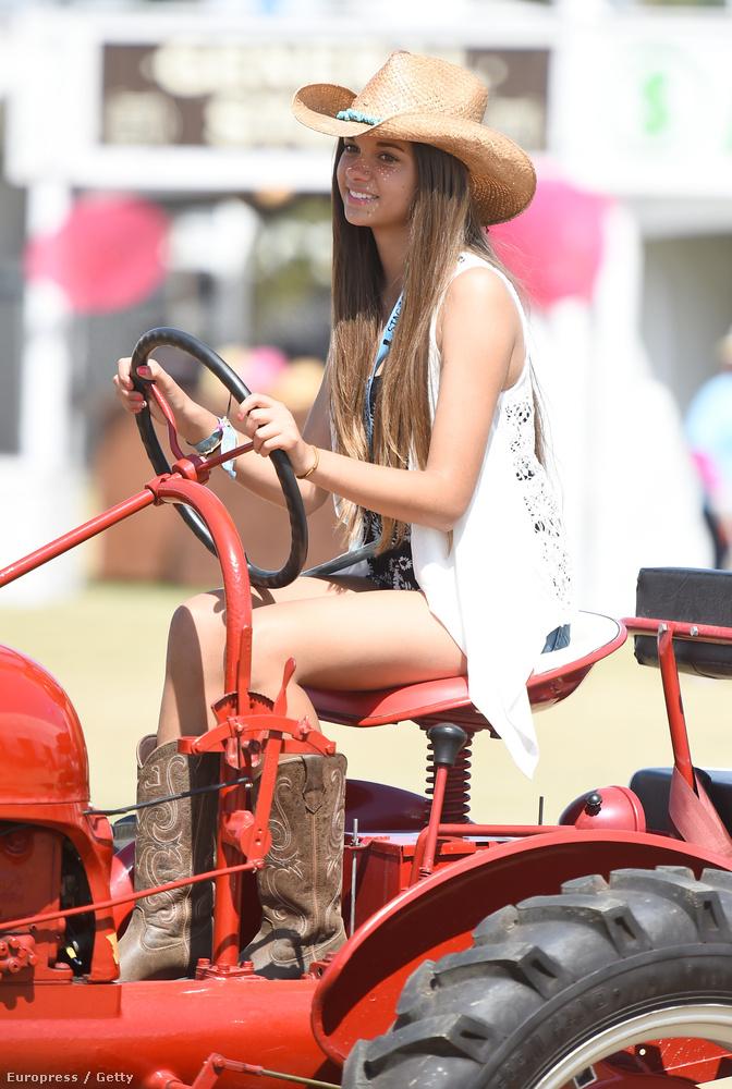 Csak ide nem kabrióval jönnek a jónők, hanem traktorral.