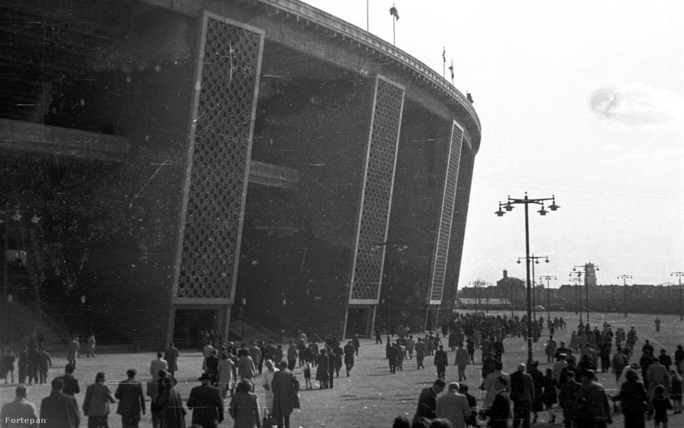 """""""Miért nem engedtek be a Dózsa György út felől, miért kell mindig variálni? Most kerülhetem meg ezt a kurva nagy stadiont."""" (A kép 1953-ban készült, de a ruházatból ítélve valószínűleg nem az augusztus 20-i ünnepélyes megnyitón, hanem novemberben az első, Népstadionban rendezett válogatott mérkőzésen, amikor úgy játszottunk 2:2-t a svédekkel, hogy Puskás 11-est hibázott. A válogatott tíz nappal később 6:3-ra verte Angliát Londonban az évszázad mérkőzésén."""