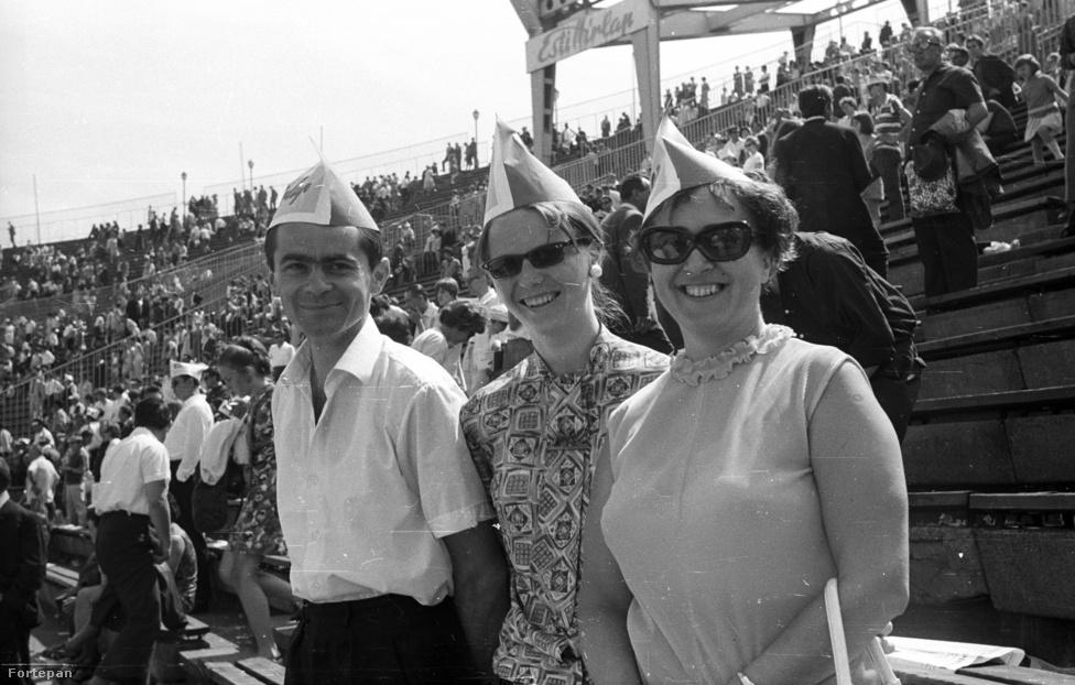 """""""Levesszük a kalapunkat, ha a Suka Sándor gólt lő."""" Színészek-Újságírók Rangadó (SZÚR), Népstadion,1969. El tudják képzelni manapság, hogy 70-80 ezer embert érdekeljen, ahogy Hujber Ferenc beadja a labdát, Azurák Csaba kiüti a labdát, de Rékasi Károly visszaszerzi, és kapura húz, középerős lövését Szellő István magához öleli."""