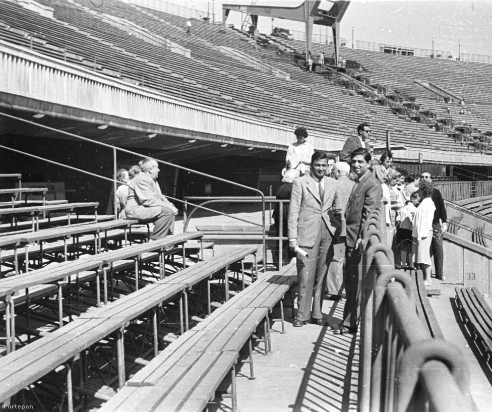 """""""Megkérjük a stadiontúrán résztvevő egyiptomi vendégeinket, hogy 12:30 percre legyenek a busznál. 13 órára várnak minket a Mátyás pincében. Az állambiztonsági elvtársakat pedig megkérem, hogy hozzák le a felső karéjban kolbászoló egyiptomiakat."""" Népstadion, 1961."""