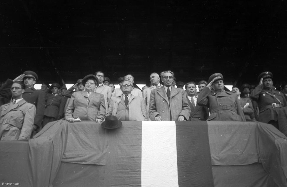 """""""Soha többé nem hozom el a feleségemet, ekkora égést. Nem hozta a Gerő, nem hozta a Farkas, nem hozta a Marosán, pedig én még csak nem is vagyok kommunista, csak szocdem. Vicceltem."""" (1949. május 8-án 6-1-re győztük le az osztrák válogatottat a Megyeri úti stadionban 50 ezer néző előtt. A képen balról jobbra: Szakasits Árpádné, Szakasits Árpád, Gerő Ernő és Farkas Mihály. A mögöttük lévő sorban Szakasitstól balra Bognár József (polgármester), Szakasits mögött Vas Zoltán, Szakasits és Gerő között Hegyi Gyula (OTSH elnöke, államtitkár), Gerő és Farkas Mihály között Marosán György. Négy nappal korábban zuhant le a Torino futballcsapatának gépe, a 27 áldozatra és a négy főnyi személyzetre emlékeznek.)"""