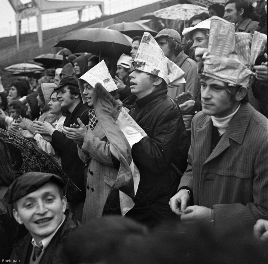 """""""Esernyőben pont egy fokkal kevésbé néznék ki hülyén."""" Népstadion, 1972. A felvétel nagy valószínűséggel az 1:1-re végződött magyar-román Eb-selejtezőn készült.  A visszavágó 2:2 lett, a sorsdöntő belgrádi meccsen 2:1-re győztünk. Az Eb négyes döntőjében a negyedik helyen végzett válogatottunk."""