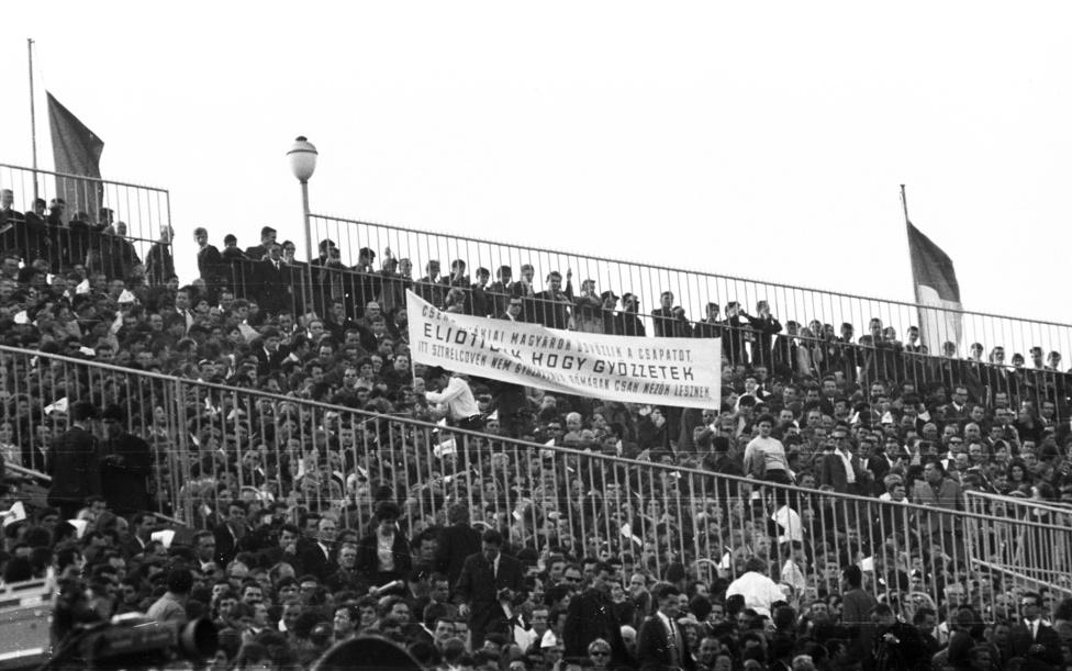 """""""Csehszlovákiai magyarok üdvözlik a csapatot, eljöttünk, hogy győzzetek, Itt Sztrélcovék nem győzhetnek, Rómában csak nézők lesznek."""" Ezt írták ki felvidéki drukkerek az 1968. május 4-i magyar-szovjet Eb-selejtezőn. (Rómában rendezték az Eb döntőjét.) Jól drukkoltak, 2:0-ra legyőztük a nagy mumus szovjeteket, az egy héttel későbbi visszavágón azonban 3:0-ás vereséget szenvedtünk, és nem mi mentünk az Eb-re. A meccs után három és fél hónappal szovjet csapatok szállták meg Csehszlovákiát, és magyar csapatok is - a hivatalos szóhasználat szerint - baráti segítséget nyújtottak."""