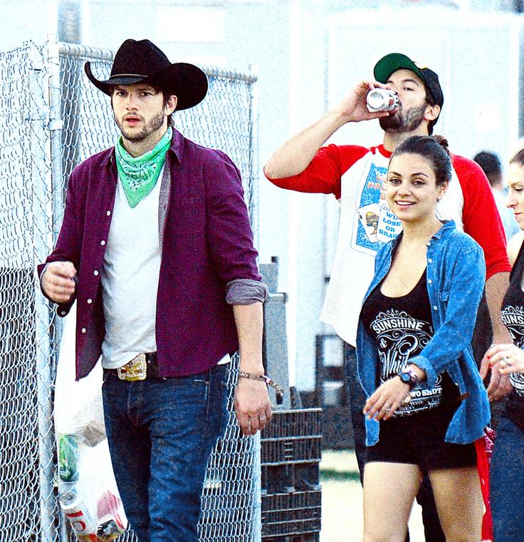 A színész és színésznő felesége a country fesztiválon bulikáztak egy nagyot, ahova egyértelmű, hogy cowboy-kalapos tuskónak szokás öltözni.