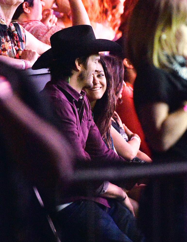 De Mila Kunis ettől függetlenül valamiért nagyon szereti őt