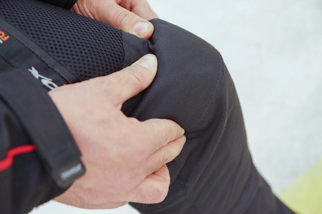 Masszív, de puha térdvédő protektor a nadrágban
