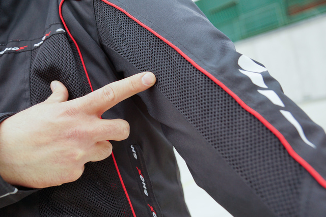 A hálós részeken könnyen szellőzik a dzseki