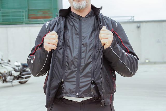 Az első, szélzáró réteg külön összecipzározható, így a dzseki cipzárjánál besüvítő szél nem érheti el a testet