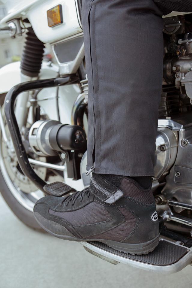 Félmagas szárú cipőhöz már nem elég hosszú a nadrág szára, befúj alá a szél