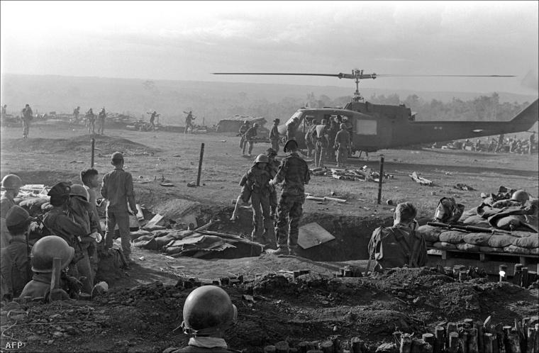 Amerikai katonákat mentenek helikopterrel