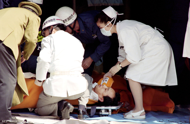 Mérgezett embereket látnak el a tokiói gáztámadás után