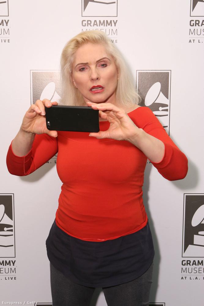 Nem vagyunk benne biztosak, hogy valaha készült előnytelenebb kép Debbie Harryről, úgyhogy megmutatjuk önöknek is.