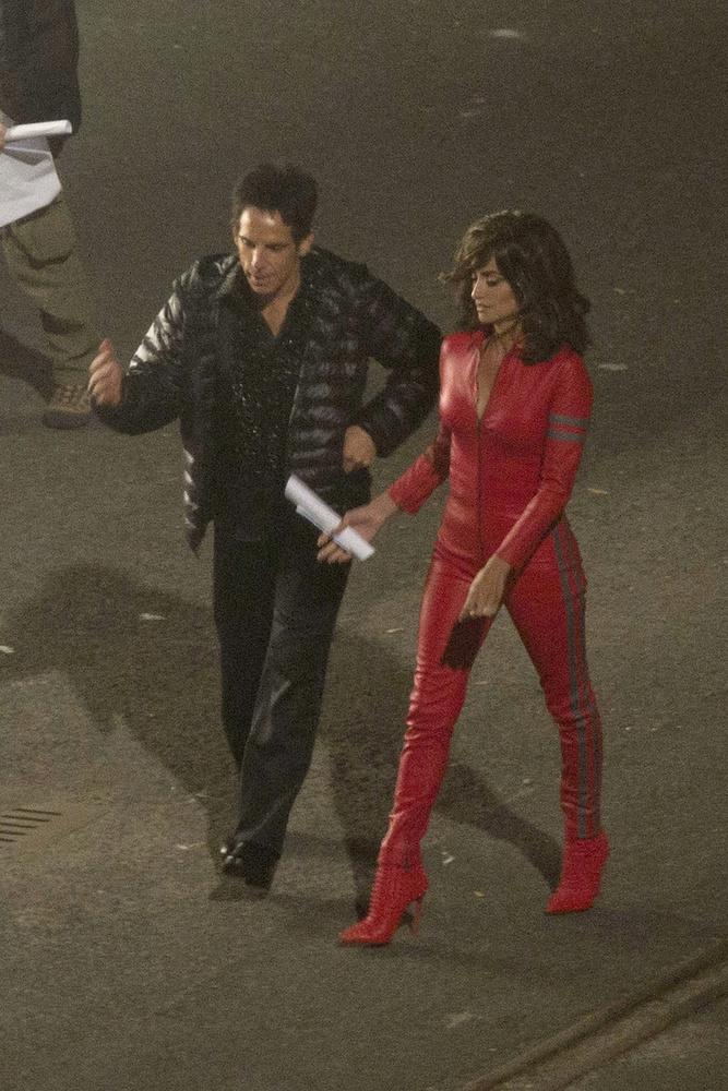 Ennyi furcsaság után jöjjön egy jó nő: Penelope Cruz a hét elején sétálgatott ebben a vörös bőrruhában a Zoolander 2 forgatásán