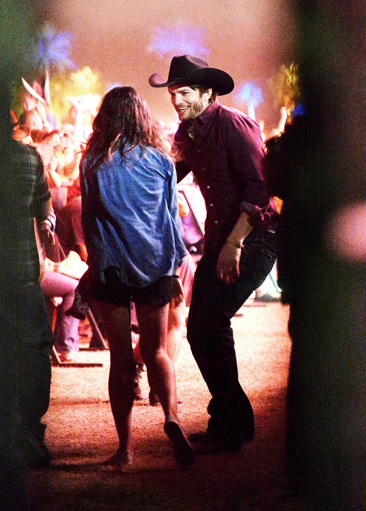 Na itt viszont semmi kínos, vagy váratlan dolog nem történt, ellenben Ashton Kutcher és Mila Kunis nagyon cukin szerették egymást a Stagecoach fesztiválon.