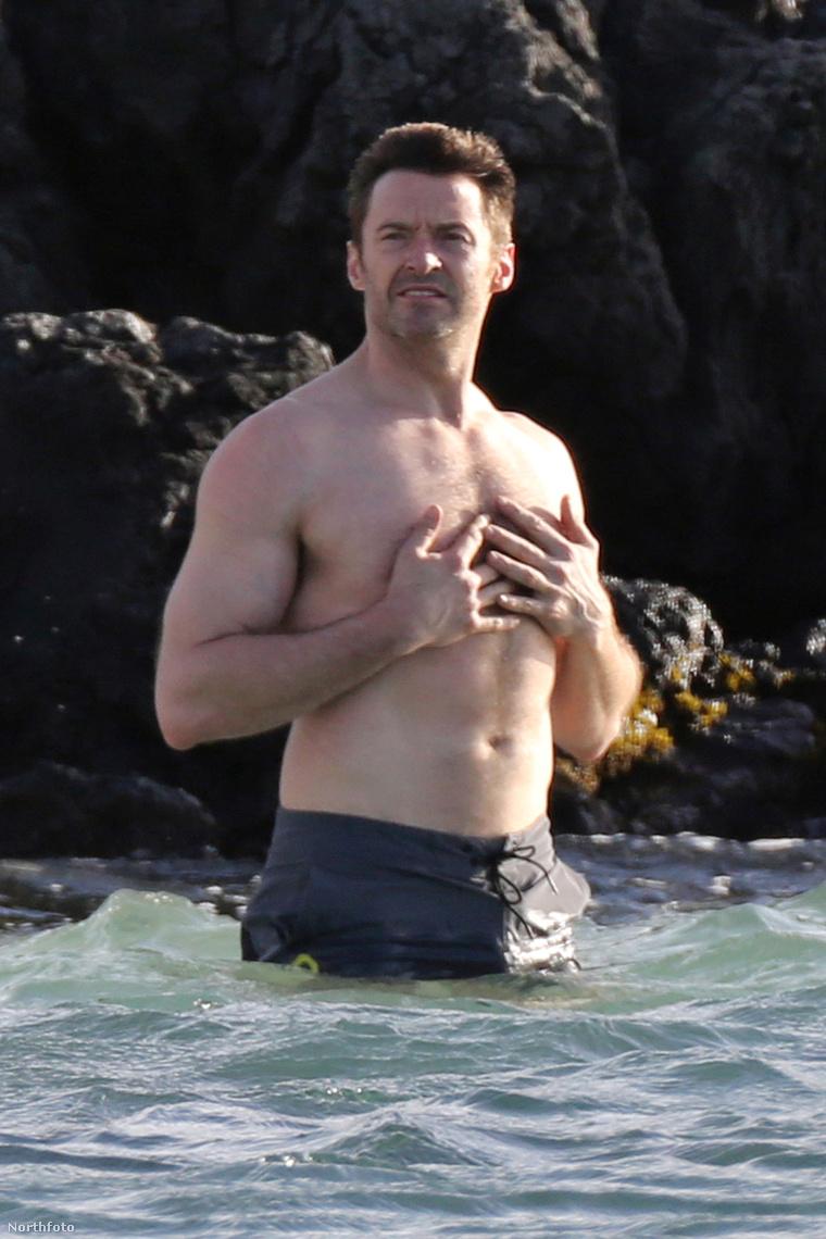 Hugh Jackman belemegy a vízbe