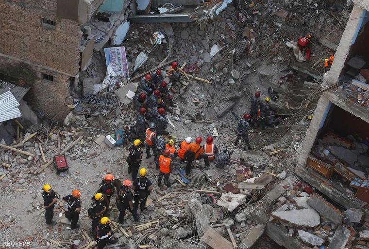 Magyar mentőcsapat kutat túlélők után Katmanduban