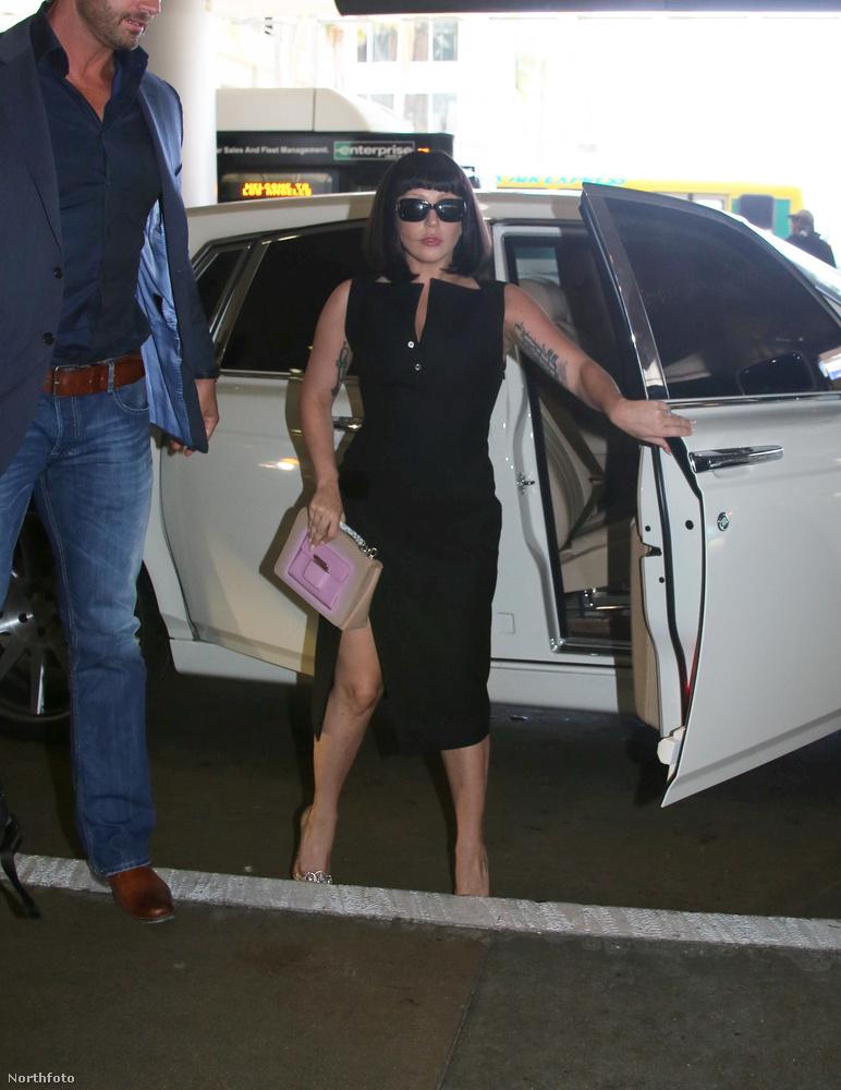 Szóval az énekesnő megérkezett a reptérre egy erősen felsliccelt szoknyában