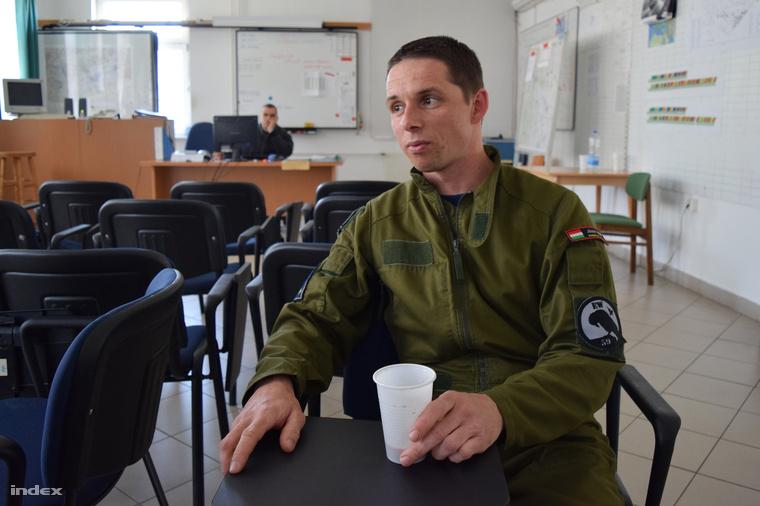 Papp József főhadnagy, Gripen-pilóta. Még nem katapultált, most sem ő volt, és nagyon reméli, hogy ez így is marad.