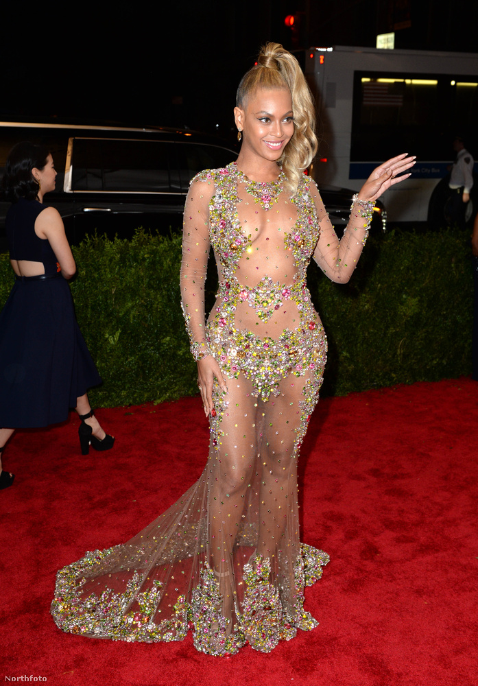 ebben az átlátszó ruhában.