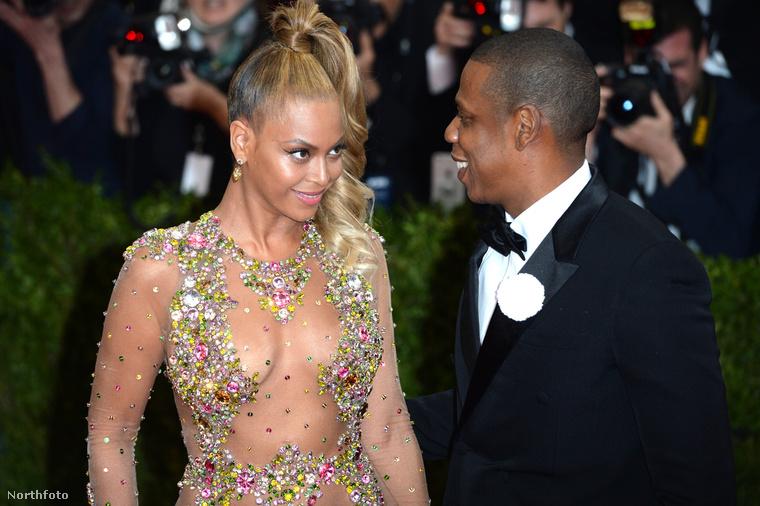 Az énekesnő természetesen férjével, Jay-Z vel jelent meg,
