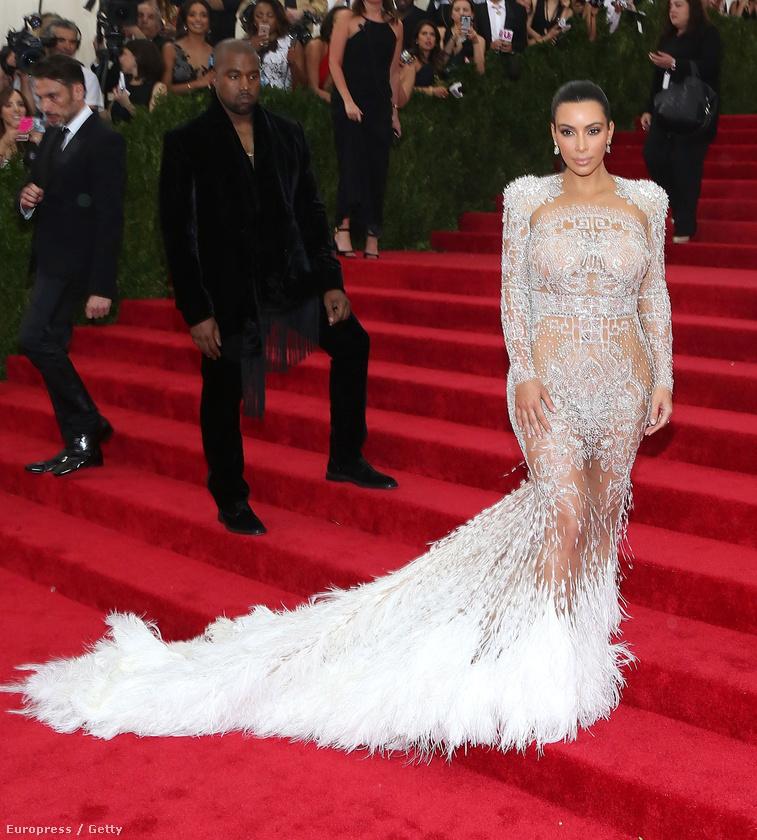 Kim Kardashian idén egész kulturáltan nézett ki, és magához képest egész sok bőrfelületet takart le ruhájával