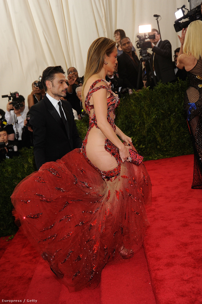 Jennifer Lopez is hasonlóan járt el, bár az ő ruhája kicsit azért tényleg hasonlított egy igazi ruhára