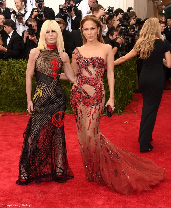 És bizony, az énekesnő mellett pózoló Donatella Versace is egy hálós, áttetsző hatású valamit választott, csak egy kicsit eltévedt, mert a punk-stílus két éve volt előírás a METen.