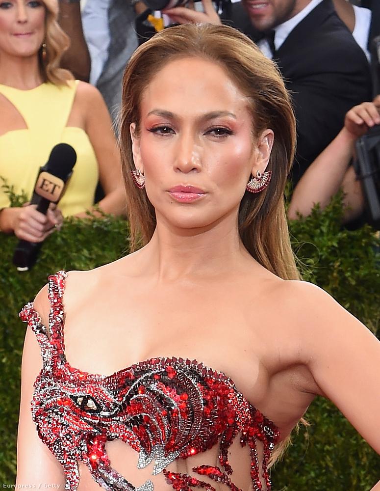 Ez meg itt nem Jennifer Lopez viaszmása, hanem maga Jennifer Lopez, aki valószínűleg kapott itt egy kisebb sztrókot