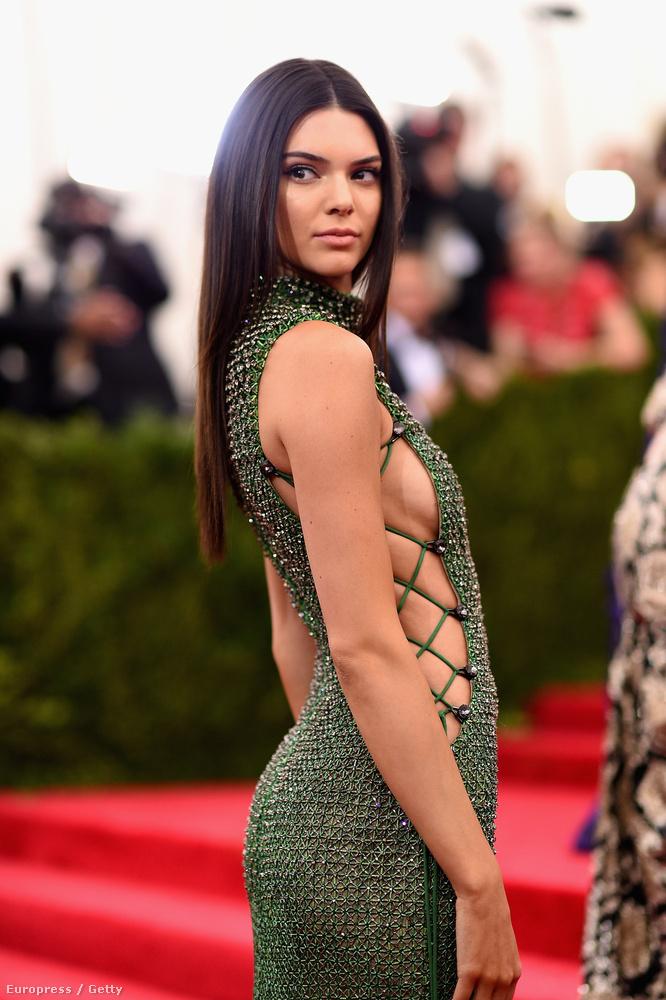 Kardashian húga, Kendall Jenner most csak az oldalát mutatta meg
