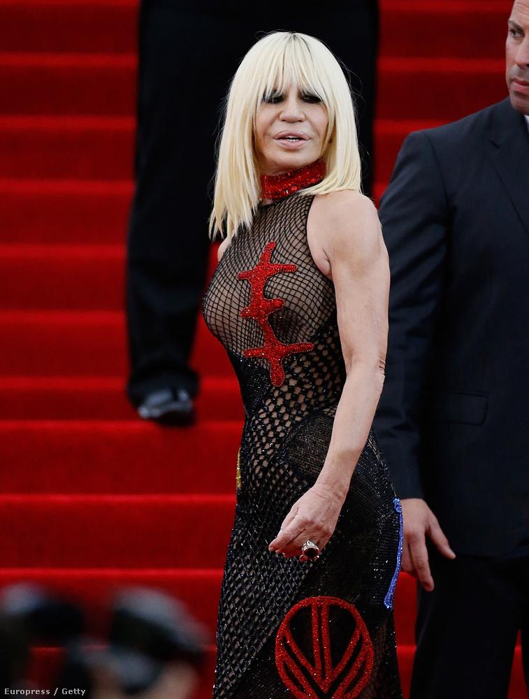 Donatella Versace viszont az a kategória, hogy neki szinte mindegy, mit vesz fel, semmiben se szokott emberhez méltóan kinézni