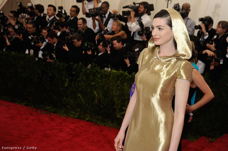 Anne Hathaway egy Ralph Lauren-ruhát választott
