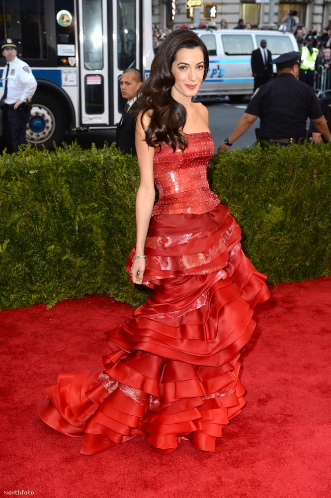 önöknek mi jut eszébe a Galliano-tervezte vörös estélyiről?