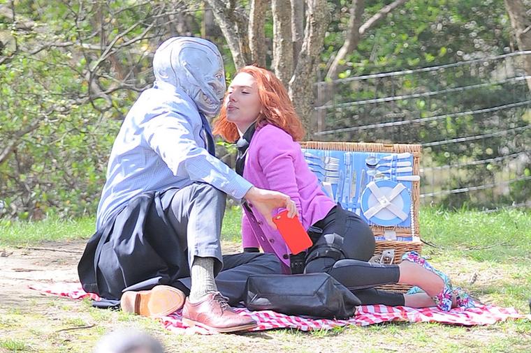 Nem sok derül ki a forgatáson készült képekből, de a most bemutatott Bosszúállókhoz lehet köze, és a fotók alapján egy Scarlett Johansson és a Hulk között kibontakozó szerelemről szólhat