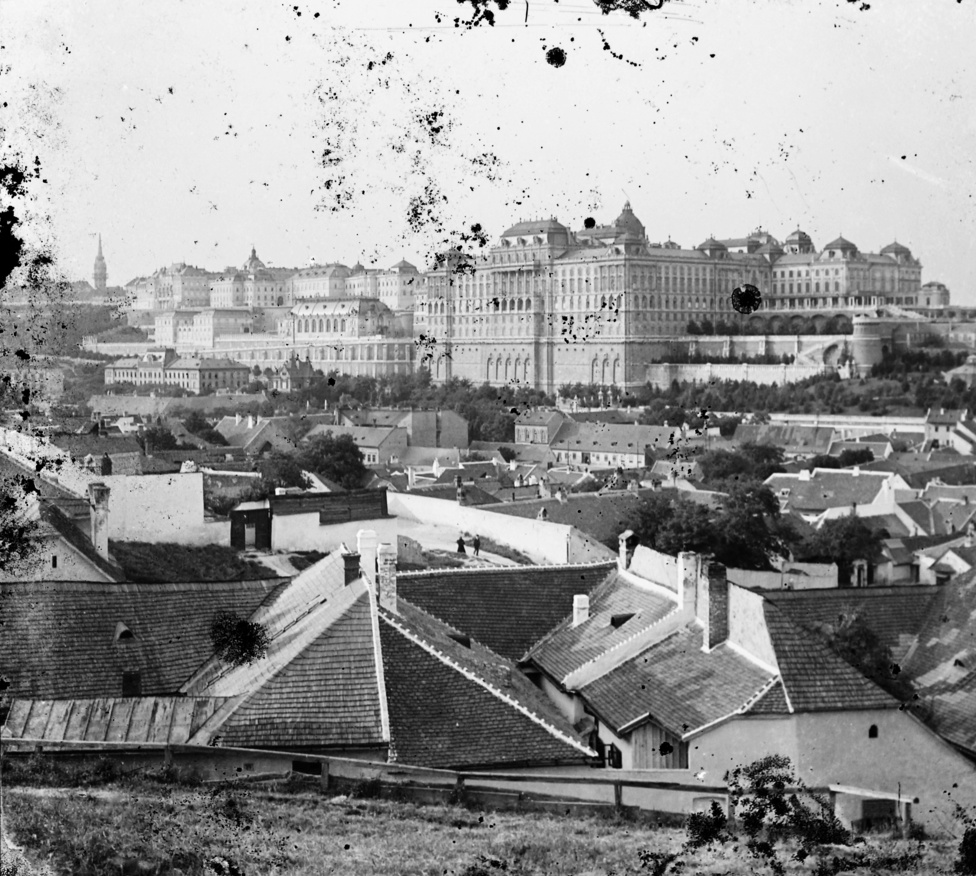 Az itt bemutatott képek többsége a századfordulós Tabánban készül. Egyes fotókon meg-meg villan az 1903-ban átadott Erzsébet híd, és teljes pompájában uralkodik a városrész felett a Királyi Palota, melyen az utolsó simításokat 1905-ben fejezték be. (Az Ybl tervezte nyugati homlokzat, meg a Hauszmann-féle kupola és palotaszárnyak mellett érdemes egy pillantást vetni a frissen kialakított kertekre is. Az első kép baloldalán a Várnak több, azóta elpusztult épülete látszik, így, de az első képen látszik az azóta a Lovarda is, melynek újjáépítésétnem is olyan rég jelentették be.)