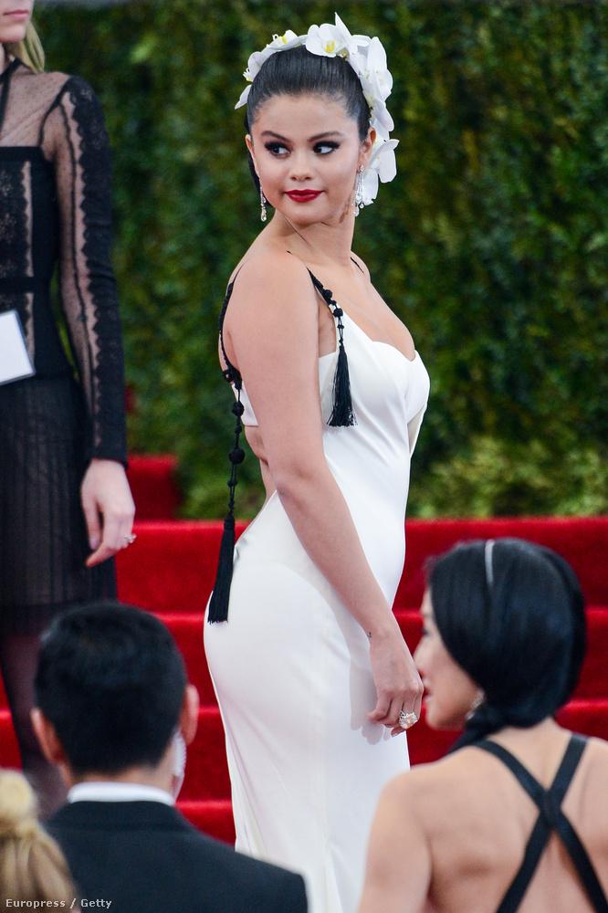 Selena Gomez azt írta instáján, hogy igazi hercegnőnek érezte magát ebben az outfitben