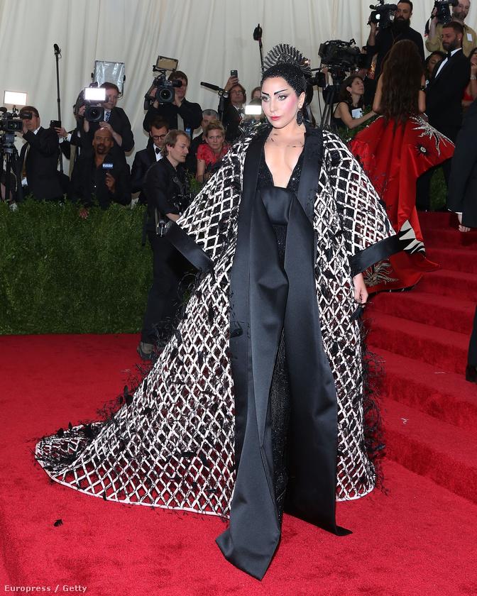 Lady Gaga természetesen nem aprózta el az öltözködést.