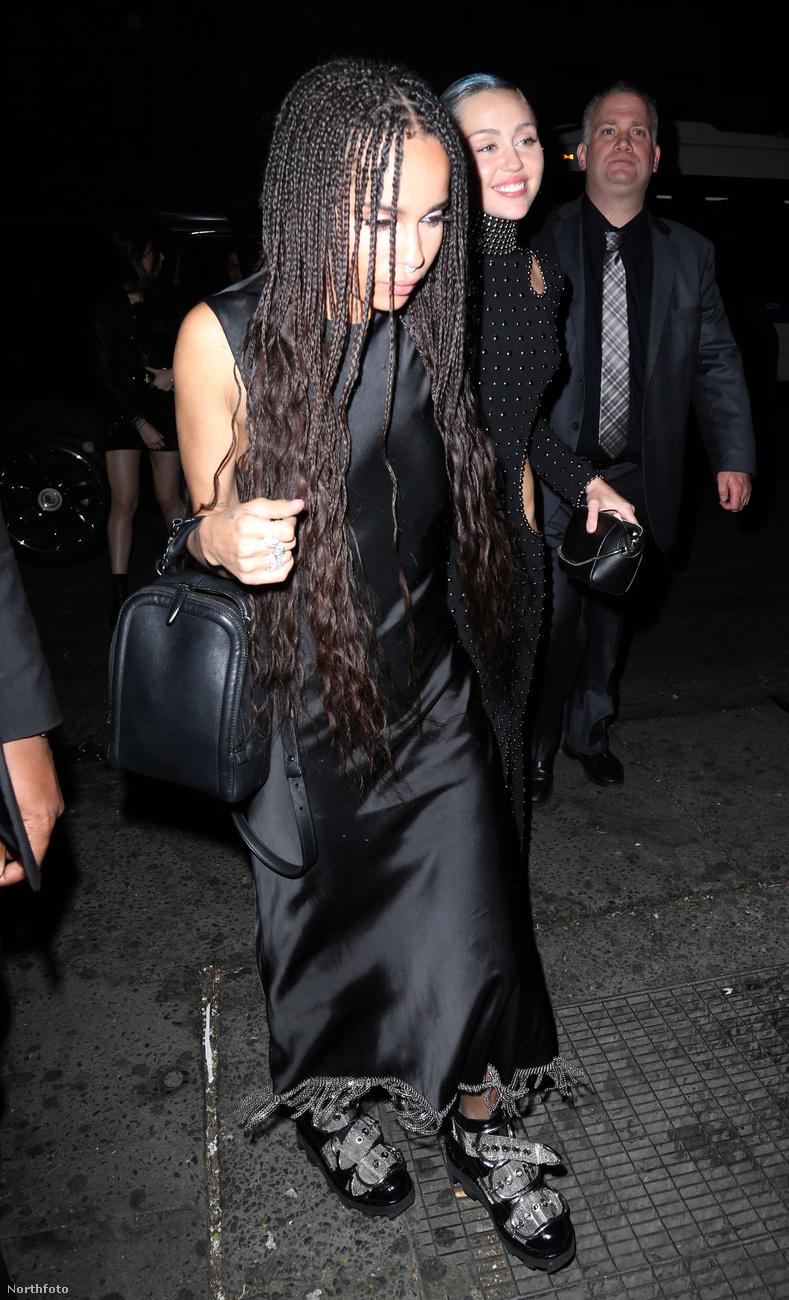A háttérben látható Miley Cyrus az ugyancsak elernyedt Zoe Kravitz útját egyengette.