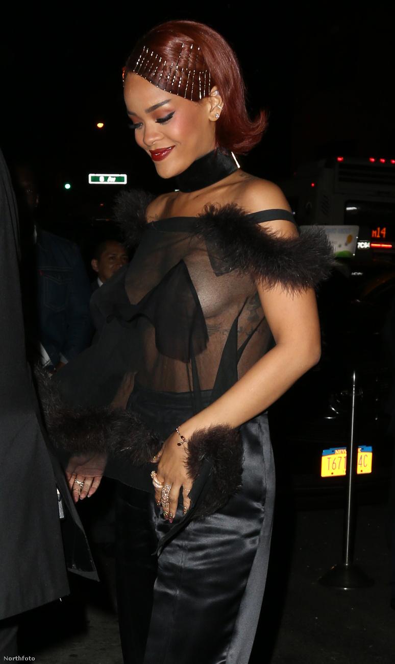 A címben ígért mellbimbómutogatást Rihanna prezentálta.