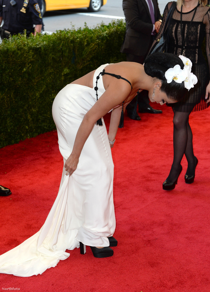 Selena Gomez sleppjét nem gondozta slepp, úgyhogy magának kellett hajlongania