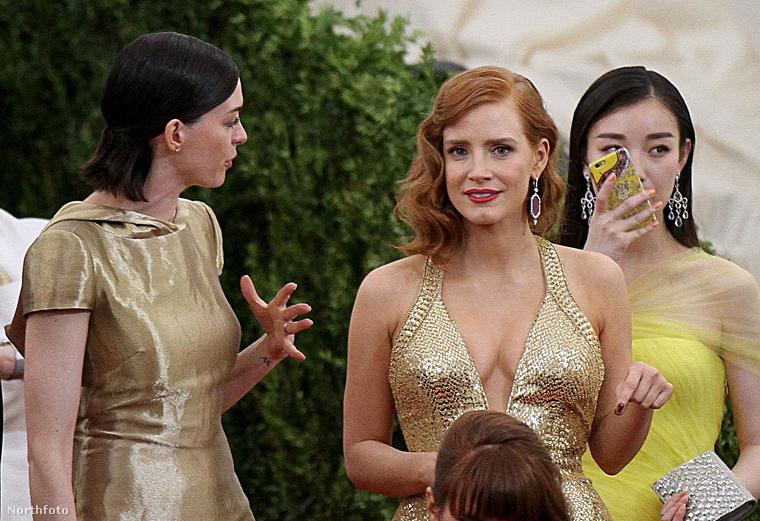Anne Hathaway és Jessica Chastain színésznők dugóba kerültek lefelé menet közben.