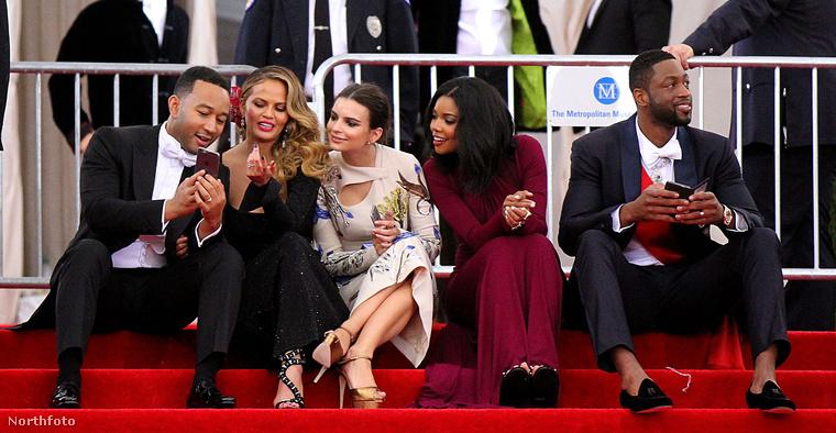 Itt már vége volt a bálnak: John Legend zenész és neje, Chrissy Teigen csodás arcú modell mutatnak valami cukit Emily Ratajkowski modellnek és Gabrielle Union színésznőnek