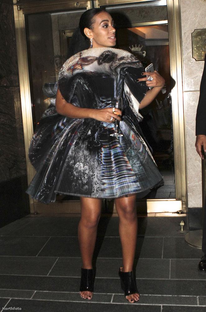 Solange ruhájáról istenbizony ez lesz most az utolsó kép, de hát az is alig látszik rajta, hogy jön, vagy megy.
