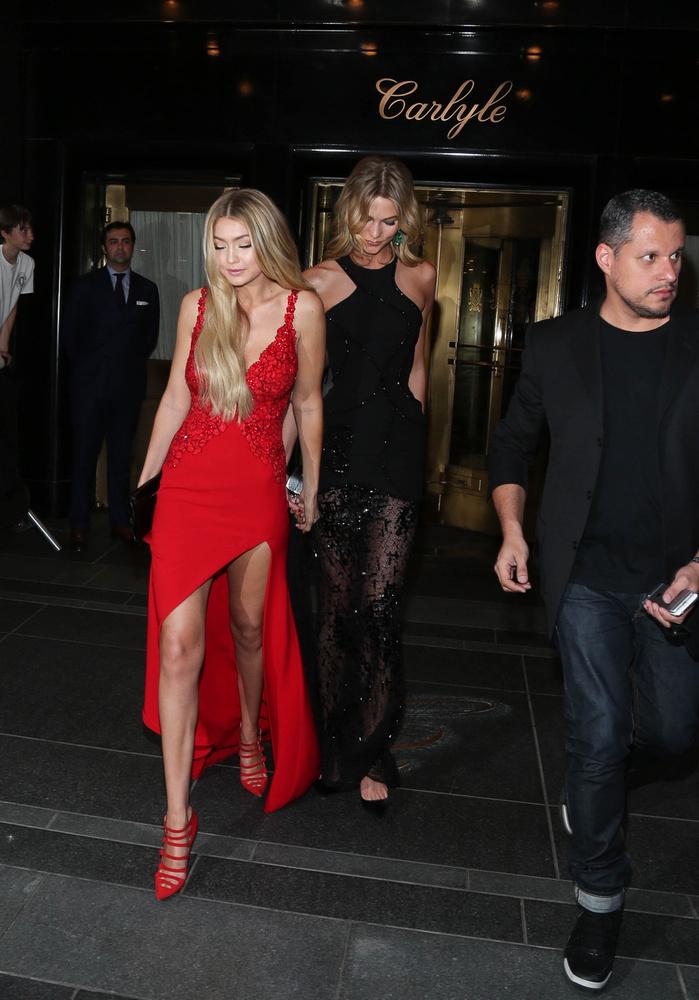 A veszélyesen magasra sliccelt Gigi Hadid (az új Claudia Schiffer), illetve a félig átlátszó ruhában pompázó Karlie Kloss modelleknél sokkal érdekesebb a háttérben látható, fehér pólós fiú.