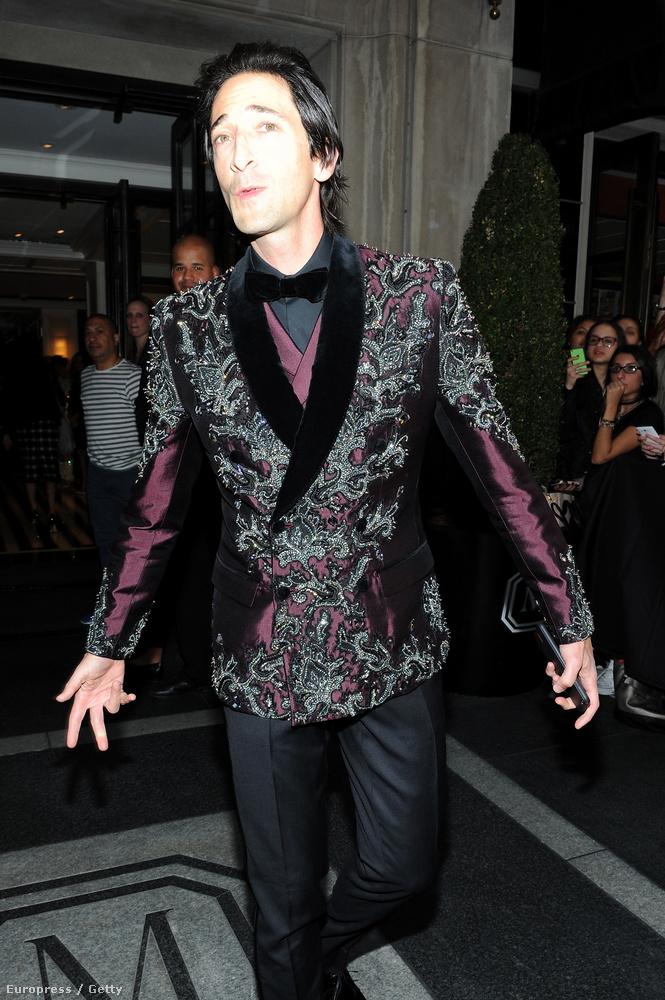 megnézzük például Adrien Brodyt, aki itt valószínűleg igyekszik lereppelni valakit.