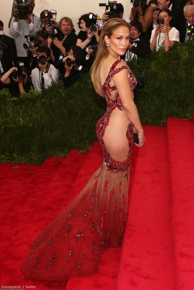 Ellenben Jennifer Lopezzel, aki konkrétan bugyi nélkül grasszált a vörös szőnyegen