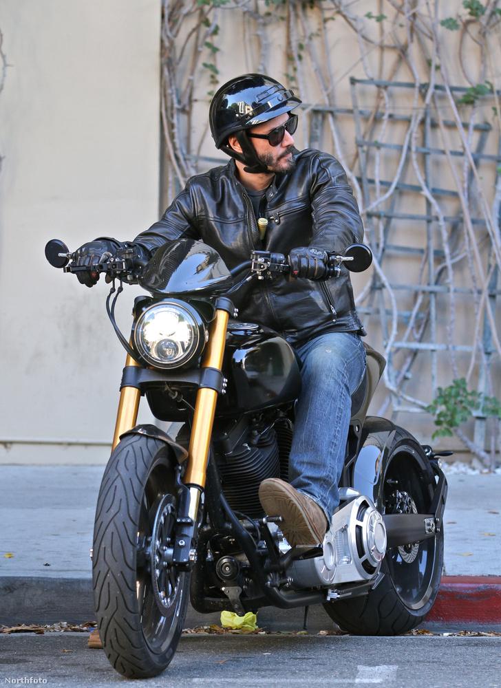 Meg hát motorozáshoz is ugyanúgy szoktak - általában - felöltözni az emberek, a forgalomban meg úgyis figyelni kell