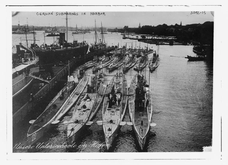 Német tengeralattjárók állnak a kikötőben. Az első sorban, balról a második a Lusitaniát elsüllyesztő U-20.