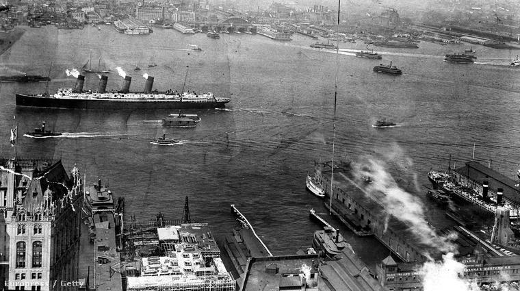 Távlati kép a New Yorkba érkező óceánjáróról.