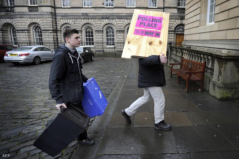 Helyükre kerülnek az urnák az edinburgh-i szavazóhelyiségben a választások előestéjén, 2016. május 6-án.
